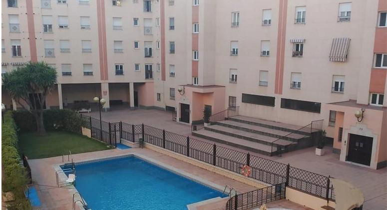 Piso con recinto y piscina